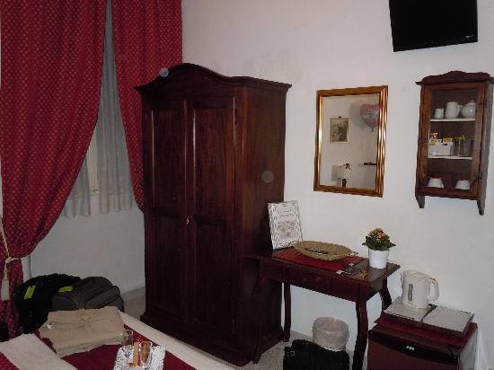 A Casa di Serena a San Pietro: Good size wardrobe