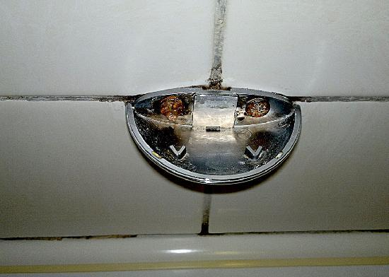 The Royal Victoria Hotel Snowdonia: sharp & filthy bath handle room 238