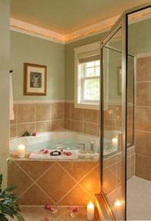 لوكاوت بوينت ليكسايد إن: Soak Away Stress in your Whirlpool Tub