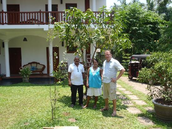 Unawatuna Nor Lanka Hotel: Picture of the owners and Lal