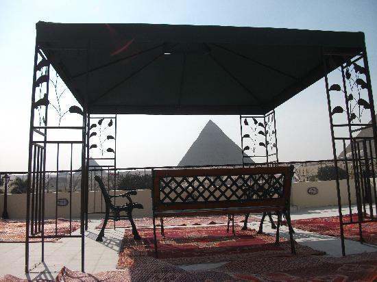 Pyramids View Inn: roof