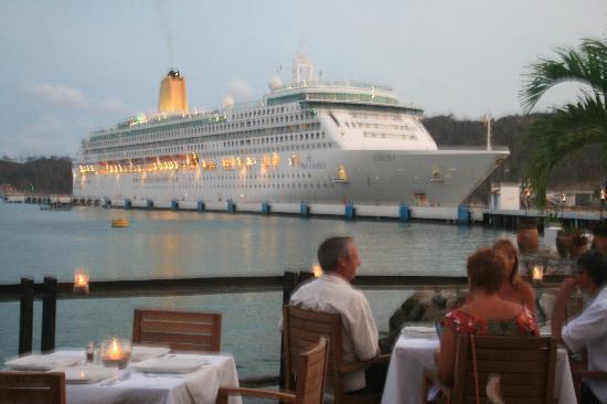 Zitrick Cafe: Vista del restaurante con vista de crucero