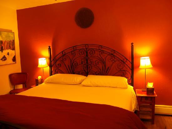 Casa Cuma Bed & Breakfast: Casa Cuma Chili Pepper room antique Mexican gate headboard