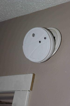 Howard Johnson Inn Downtown Kamloops: Broken smoke alarm
