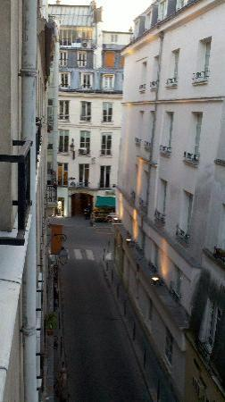 Hotel du Lion d'Or Louvre: Looking south toward Rue St Honore