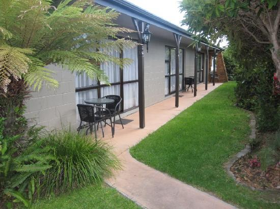 Cobblestone Court Motel: Garden setting