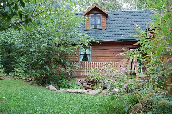 Furnace Hills Bed and Breakfast: Relax to the sound of the waterfall and frogs croaking