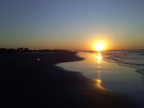Wildwood Crest, NJ : Sunrise on the beach at Primrose Ave.
