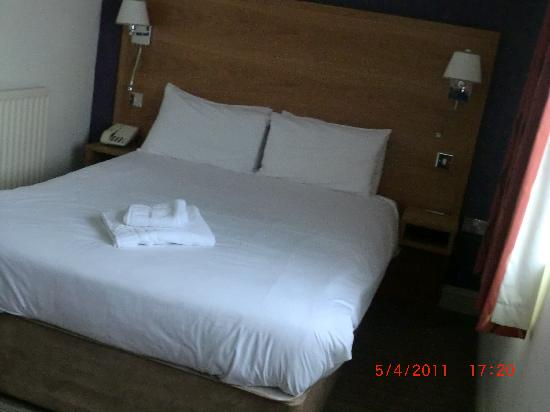 Mercure Chester North Woodhey House Hotel: Refurbished room