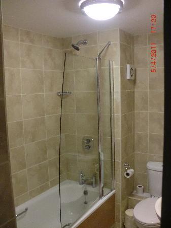 Mercure Chester North Woodhey House Hotel: Refurbished bathroom