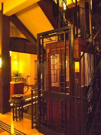 Victoria Angkor Resort & Spa: Elegant Retro- victoria style elevator