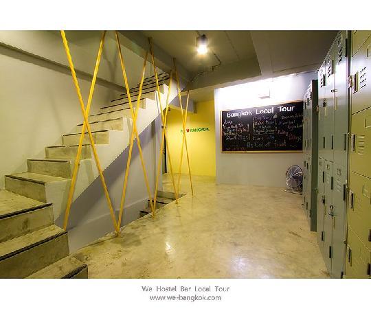 WE Bangkok Hostel: WE bangkok hallway and lockers
