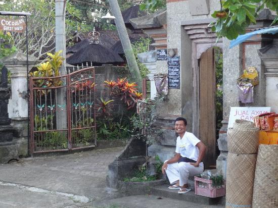 Coco Alami Guest House : L'entrée sur Jalan Raya Lodtunduh et le propriétaire Made