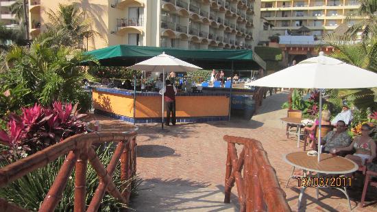 Sunscape Puerto Vallarta Resort & Spa: Bar au centre de la piscine