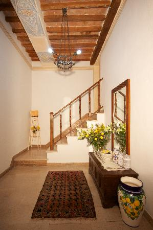 Camere il Giglio: ingresso con affreschi