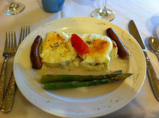 Lookout Point Lakeside Inn: One of the fabulous daily breakfasts!  The first course was strawberry soup!