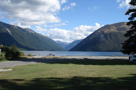 Alpine Lodge: Lake Rotoiti is 5 mins walk