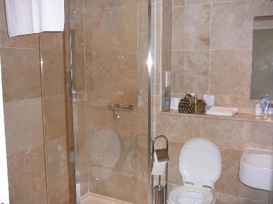 Aaron Lodge: lovely bathroom!