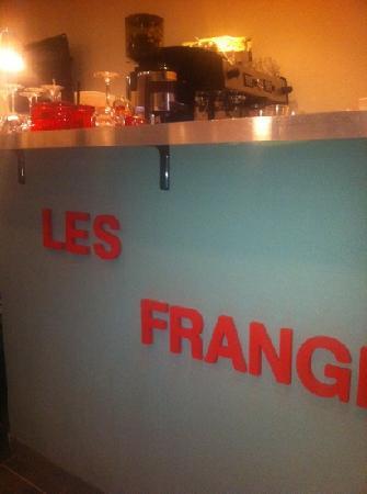 Les Frangines : le comptoir avec ses belles lettres rouges sur un tres beau gris.