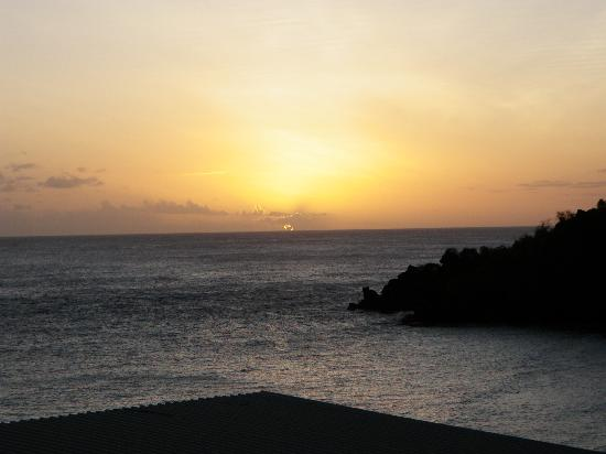 Tranquillity Beach Apartment Hotel: view of sunset over the ocean from apartment