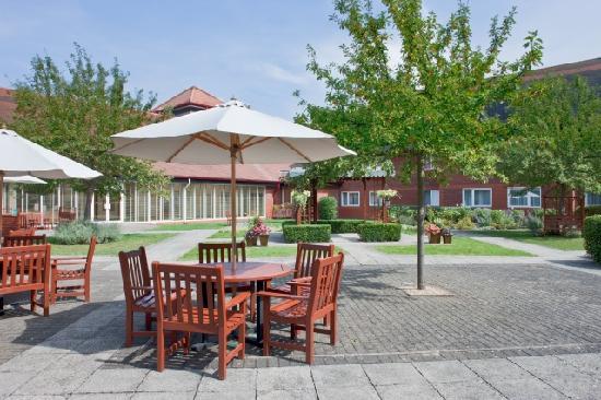 Holiday Inn Aylesbury: Soak up the sun in the Courtyard Garden