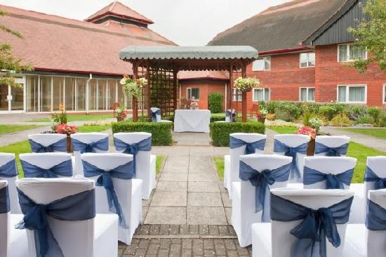 Holiday Inn Aylesbury: Get married outside in the Courtyard Gardens