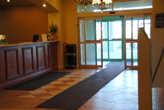 Days Inn & Suites - Niagara Falls Centre St. By the Falls: Lobby