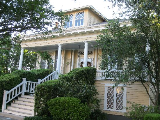 Southern Comfort Bed and Breakfast: Relax on the front porch.