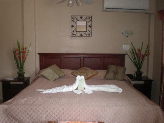 Island Magic Beach Resort : Honeymoon Suite Bed
