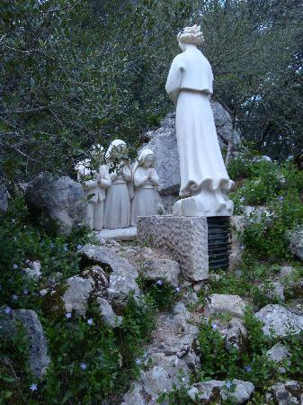 Shrine of our Lady of the Rosary of Fatima: STAUTUE OF THE ANGEL AND CHILDREN