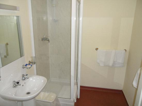 ML Lodge: Clean, renovated bathroom