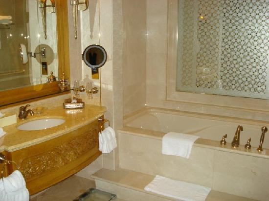 Emirates Palace: BAdezimmer Coral Suite