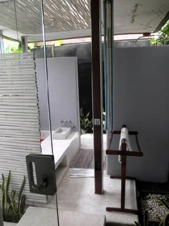 Kiss Bali: Outdoor shower