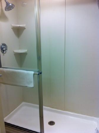 Holiday Inn Express State College, Williamsburg Square: oversized walk-in shower