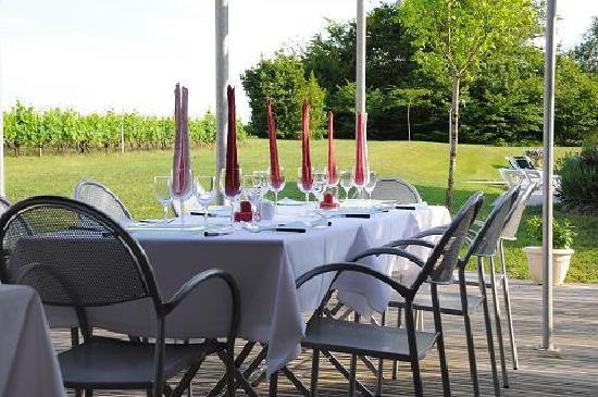 La Closerie des Vignes: Le dîner va être servi sur la terrasse.