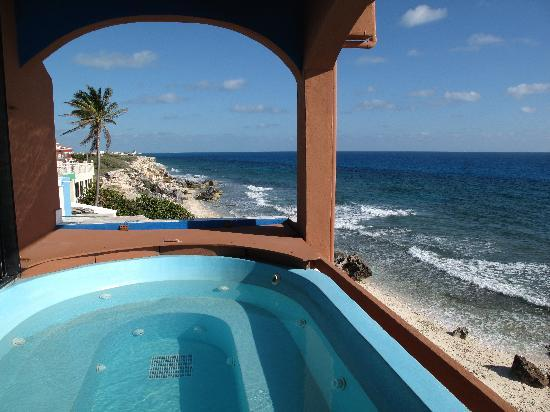 Casa Roca Caribe: A Jacuzzi with a view