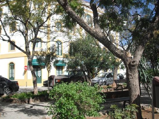 Loule Jardim Hotel: View of hotel from Square