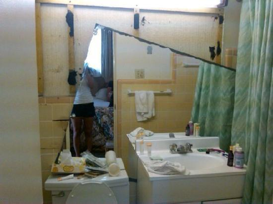 Super 8 Daytona Beach Oceanfront: Mirror off bathroom wall.