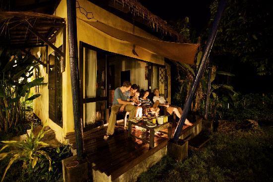 LaLaanta Hideaway Resort: Pre dinner drinks served by the bungalow