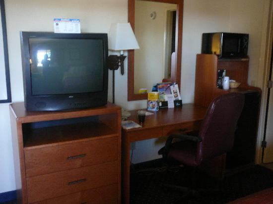 Best Western San Diego/Miramar Hotel: Escritorio TV microondas Cafetera Fridge