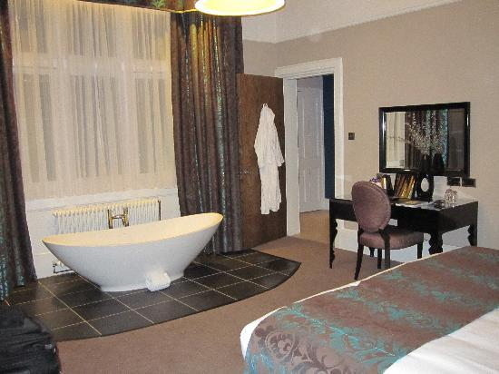 Hampton Manor: Nov 10 - didn't try the tub in the middle of the room, the Italian shower was good enough!