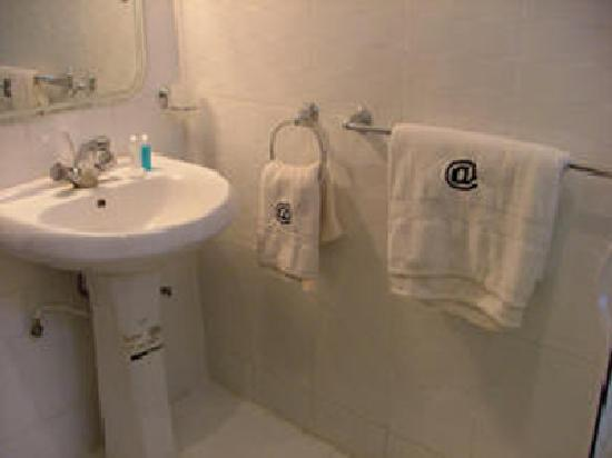 Avenue Hotel : Spotless bathrooms with choice of baths or Showers.
