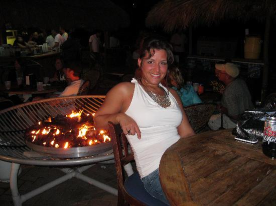 Ocean Manor Beach Resort Hotel: fire pit by tiki bar