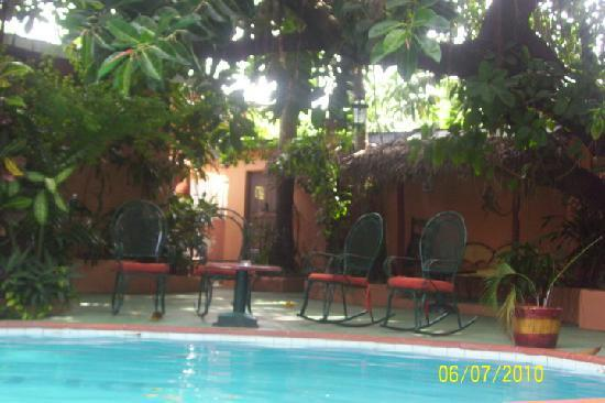 Casa Valeria Boutique Hotel: Afternoon View of Pool Area. Nice Shade