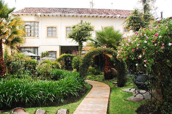Outside garden courtyard picture of mansion alcazar for Beautiful courtyard gardens