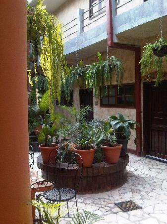 Hotel Camino Maya: Downstairs patio