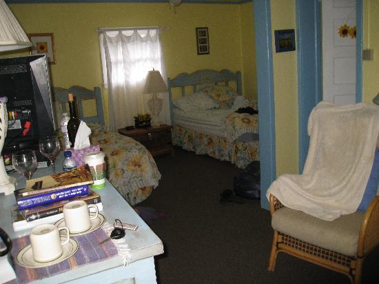 Jemez Mountain Inn: Kind of messy, but you can see how cute the room was.