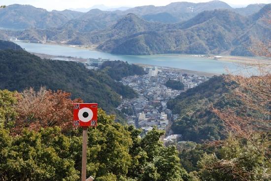 Toyooka, Japan: かわらけ投げの的。当たるといいことあるかも。