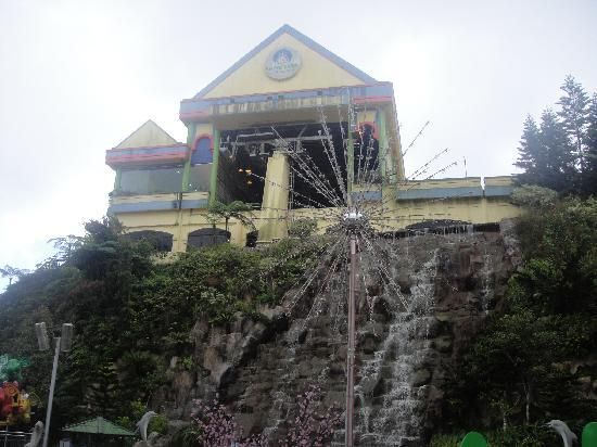Genting Highlands, Maleisië: Unused cable car station, rather ugly dominating eye catcher