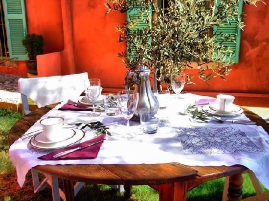 Boutique Hotel La Maison des Couleurs : Breakfast in the garden